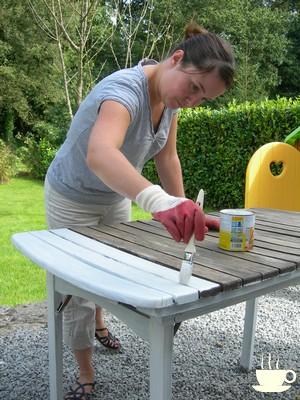 Un petit coup de peinture r novation table de jardin en bois merci pour le chocolat - Comment entretenir une table de jardin en teck ...