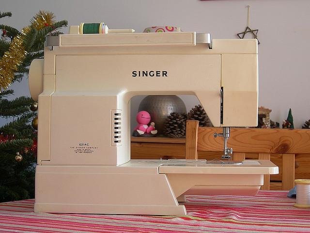 Machine coudre manuel - Comment mettre une canette dans une machine a coudre singer ...