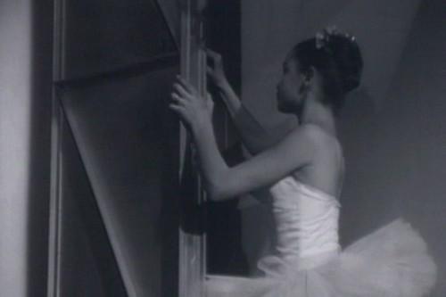 Julie Alberti referme la porte