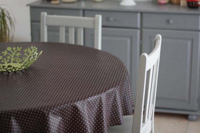 Repeintes en gris, ces chaises et cette table sont plus ...