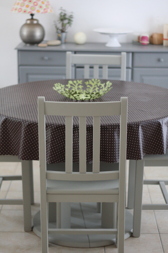repeintes en gris ces chaises et cette table sont plus jolies peinture meuble en pin merci. Black Bedroom Furniture Sets. Home Design Ideas