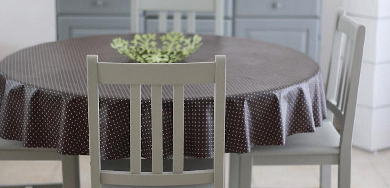 Repeintes en gris ces chaises et cette table sont plus for Salle a manger en pin