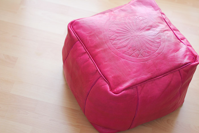 le petit pouf marocain en cuir rose pas si fluo mais en fait si merci pour le chocolat. Black Bedroom Furniture Sets. Home Design Ideas