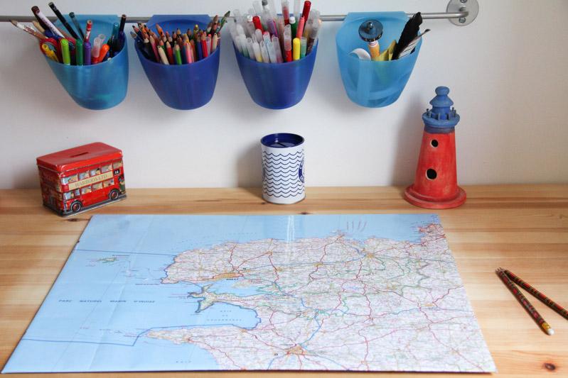 DIY sous-main bureau carte de Bretagne (via mercipourlechocolat.fr)