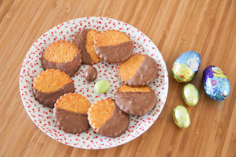 Galettes bretonnes au chocolat de Pâques - Astuce récup pour recycler ses chocolats de Pâques (via mercipourlechocolat.fr)