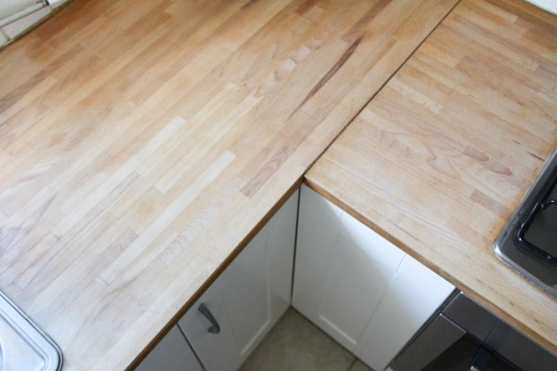 Rénovation plan de travail en bois (via mercipourlechocolat.fr)