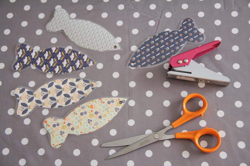 DIY mobile poissons papier plastifié (via mercipourlechocolat.fr)