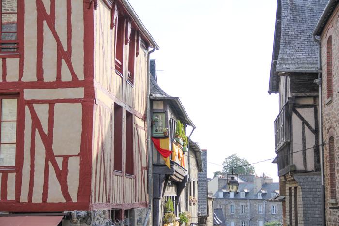 montée rue du Jerzual - Dinan, Bretagne (via mercipourlechocolat.fr)