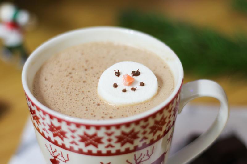 recette chocolat chaud aux épices - Noël (via mercipourlechocolat.fr)