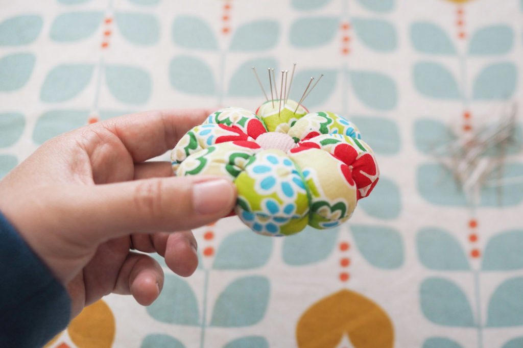 Couture - tuto pique-aiguilles fleur (via mercipourlechocolat.fr)