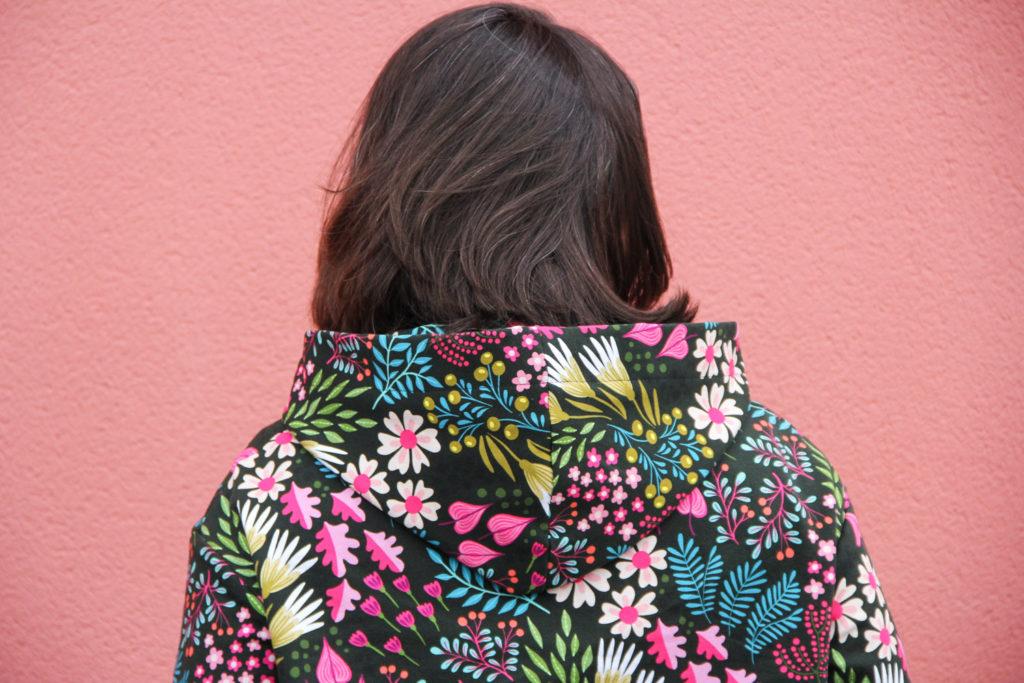 couture - sweat capuche FRIKKA Fibremood - tissu flower power (via mercipourlechocolat.fr)